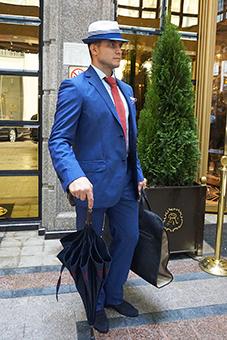 Полуприталенный мужской костюм